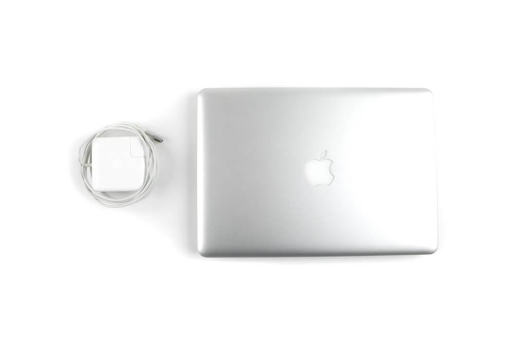 MacBook Proと充電器の画像