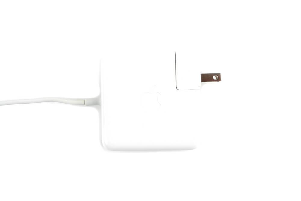 MacBook Proの充電器画像上1