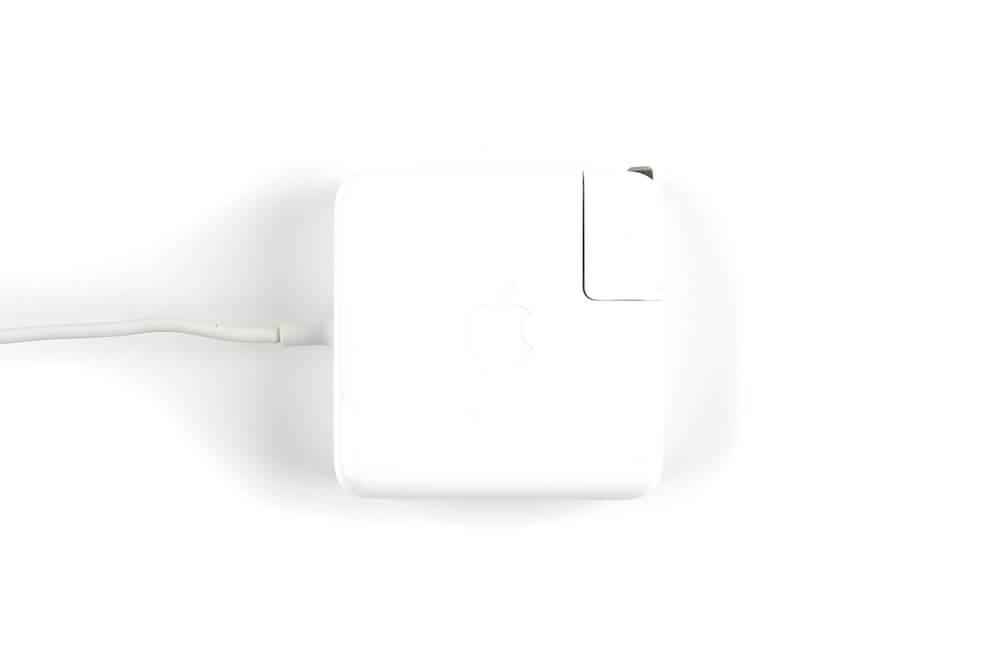 acBook Proの充電器画像上2
