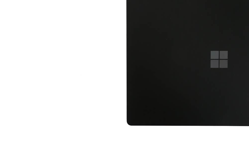 「Surface Laptop2」背面右アップ画像