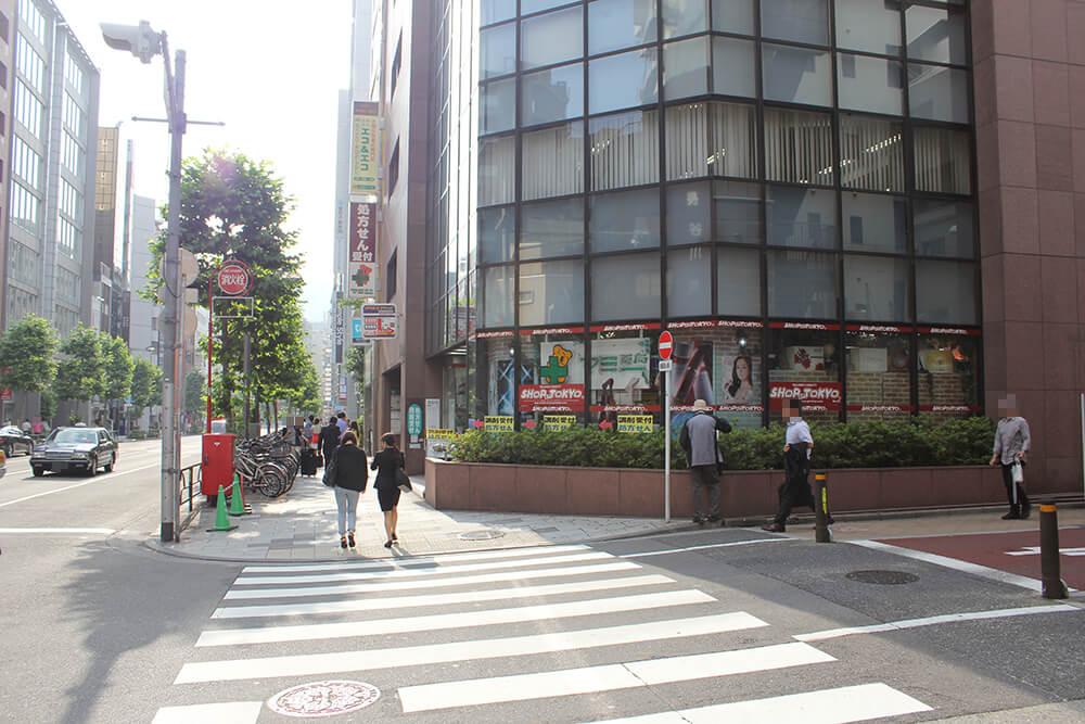 「新宿御苑駅前交差点」を右へ