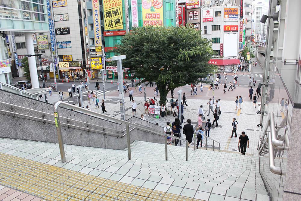 東南口駅前広場への階段を下ります