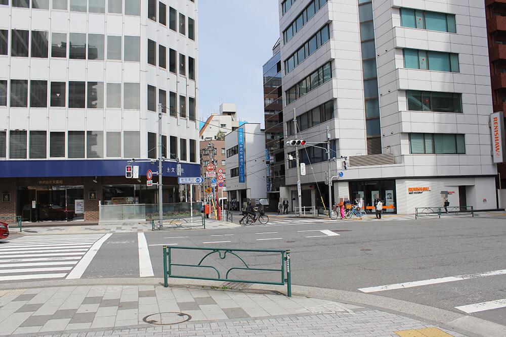 「新宿一丁目交差点」を右へ