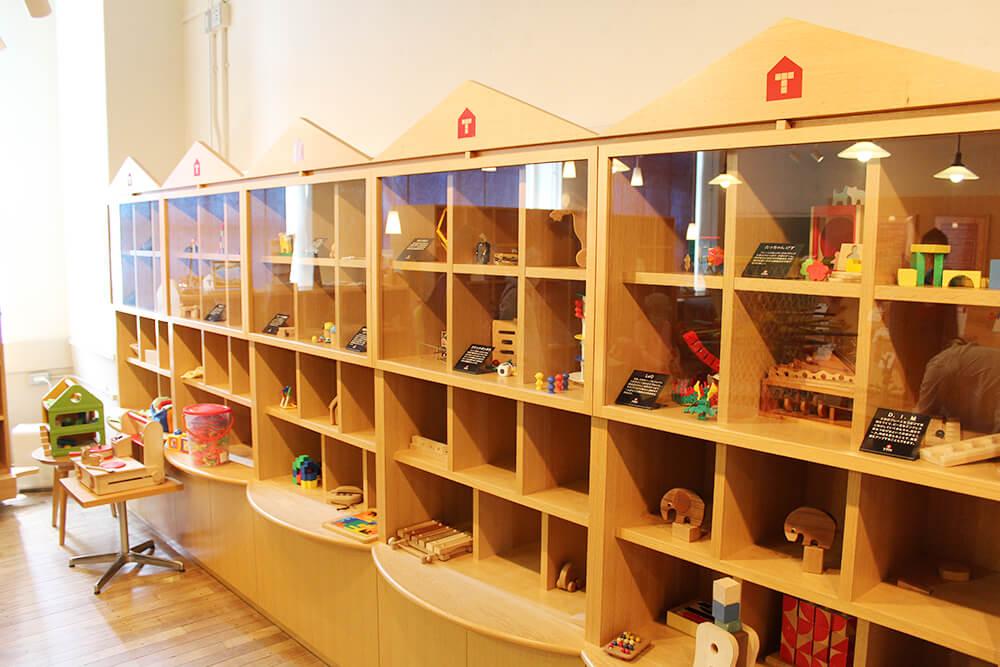 たくさんのおもちゃが並んでいます