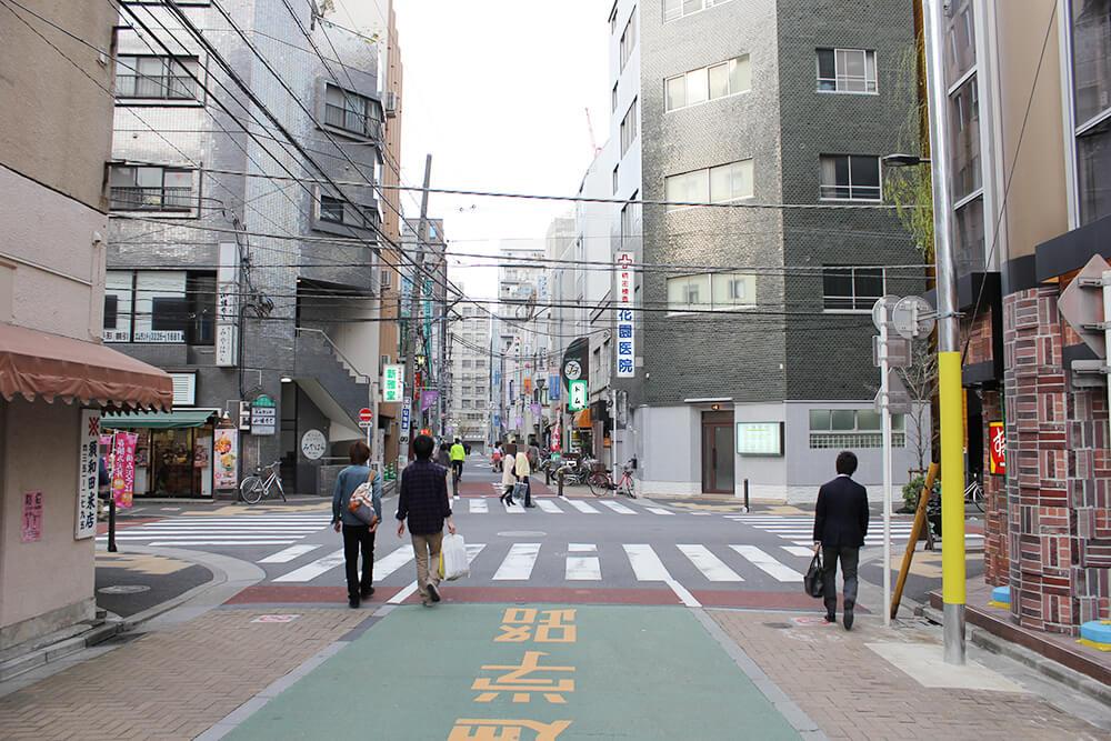 ここの交差点を右へ