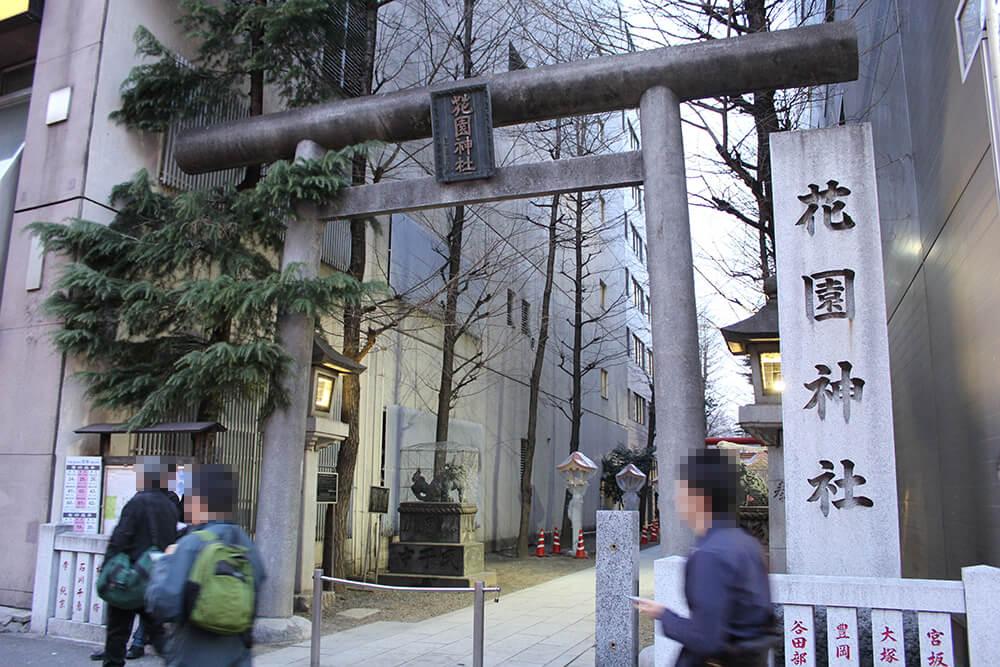 通り道には「花園神社」があります