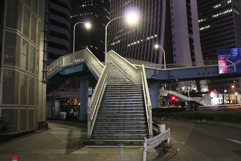 「新都心歩道橋」という大きな歩道橋を上ります