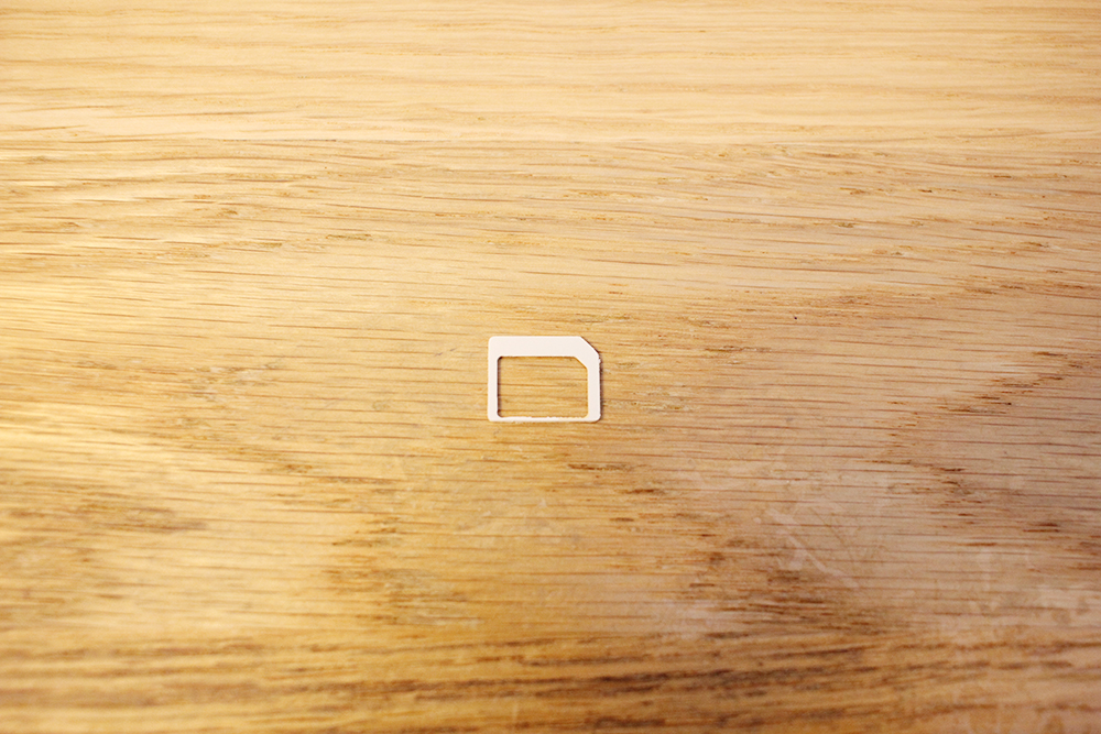 「NanoサイズのSIMカード」を分離させた残骸