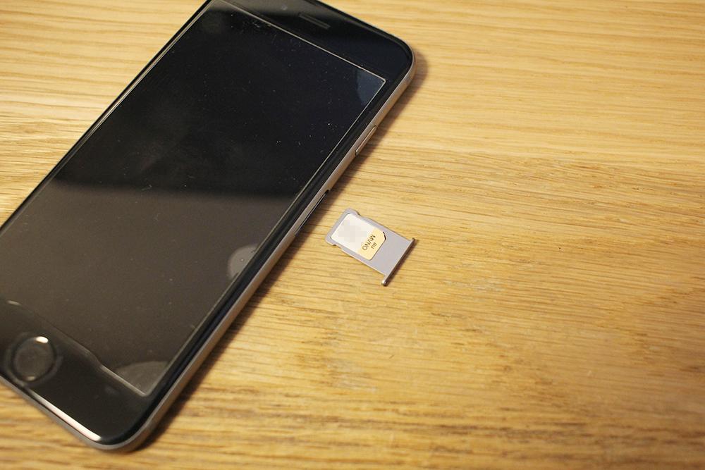 「SIMカード」を枠に入れてiPhoneに差し込む