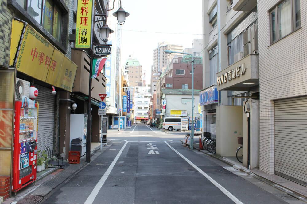 ここの交差点を左に曲がります。