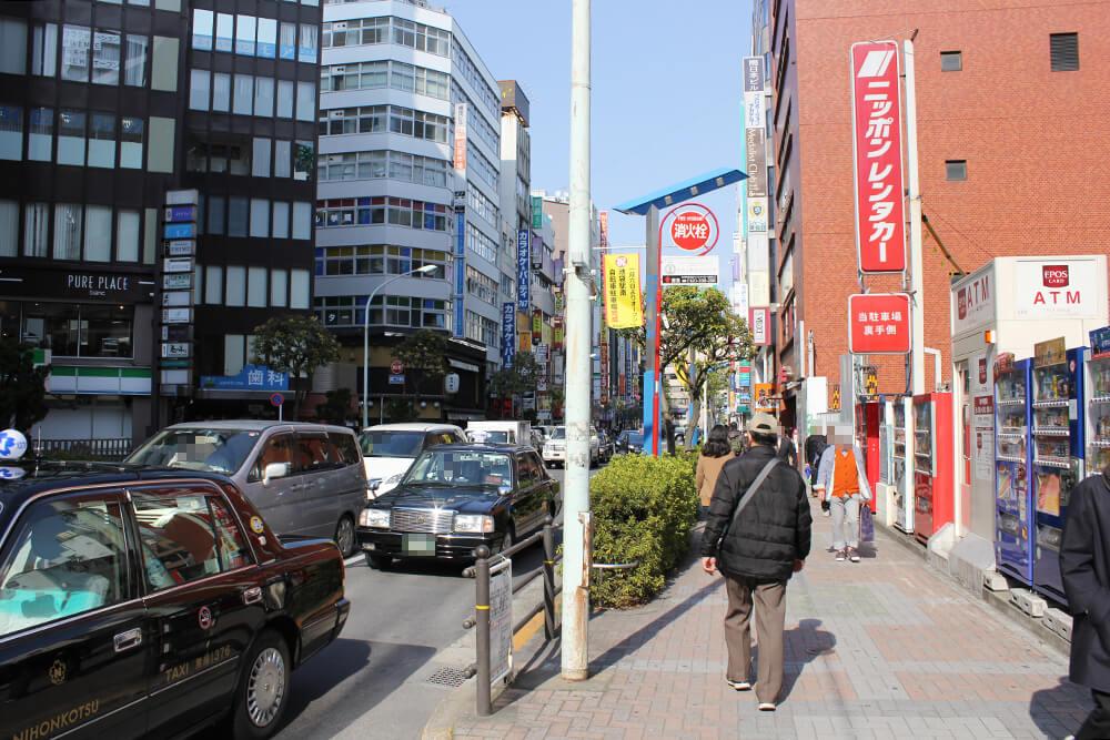 大通りに出たら右に曲がります。