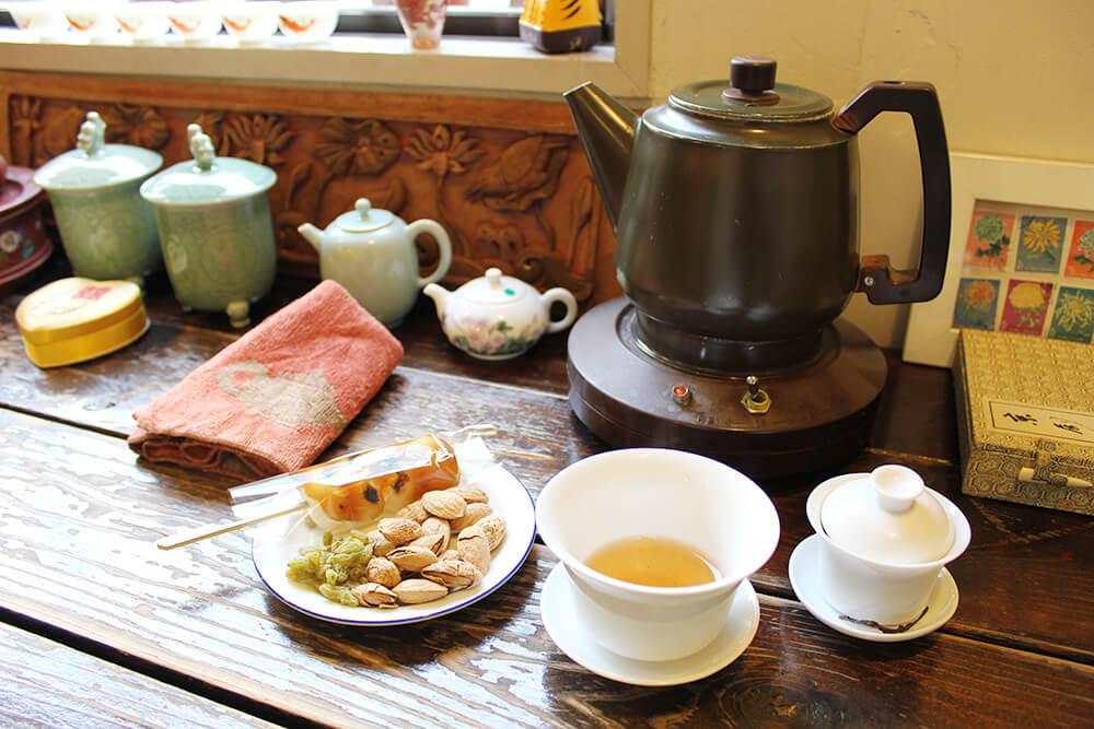 本格的な茶器。お茶うけも色々。