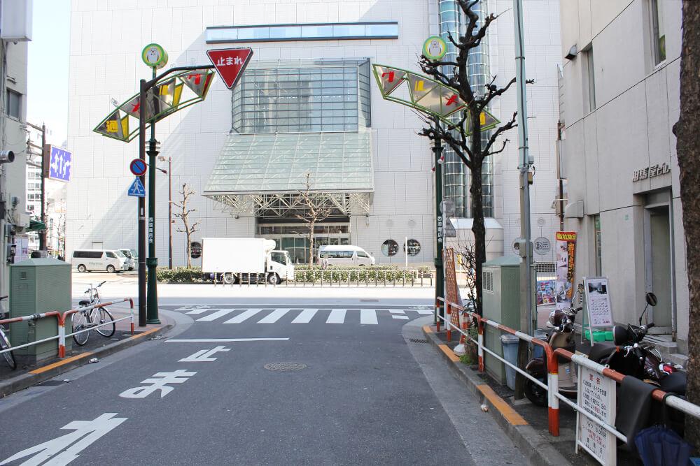 「東京芸術劇場」の裏を右へ