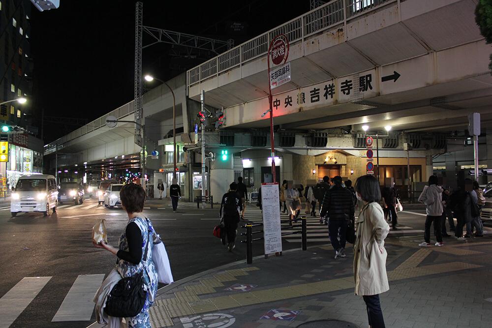 吉祥寺駅前交差点を右折します