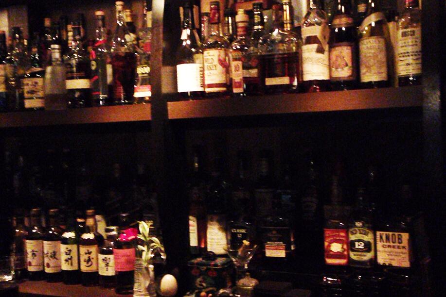 たくさんのボトルが並ぶ棚