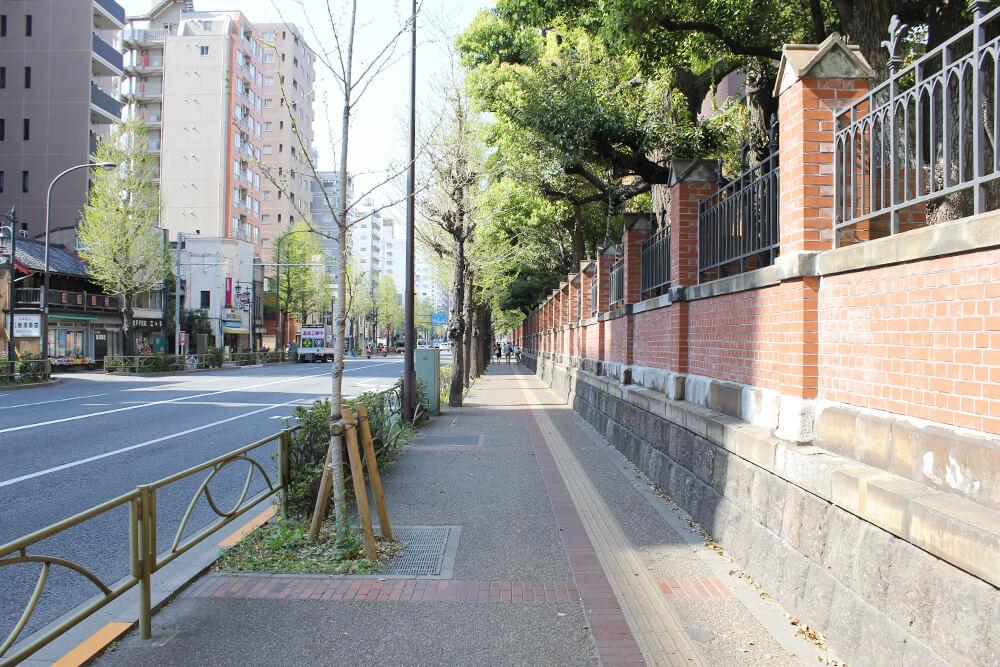 「東京大学正門」を出て右へ