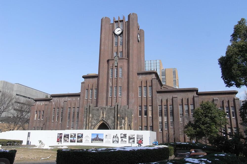 学食の上にそびえ立つ安田講堂