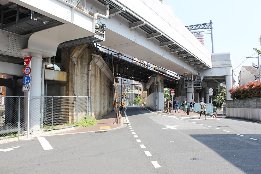 京成本線の高架下をくぐります