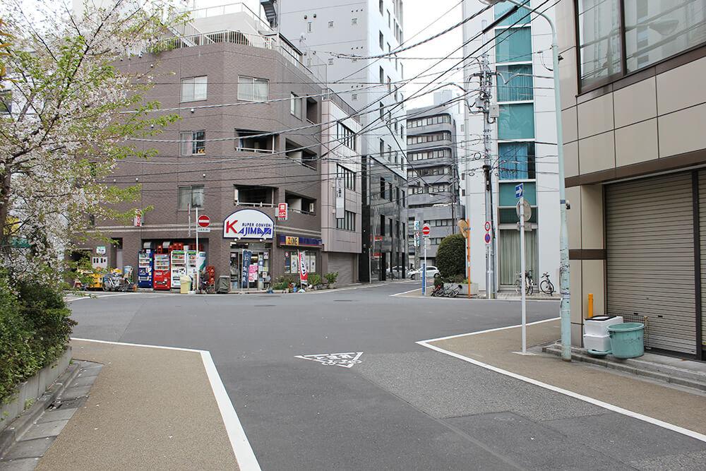 この五叉路を斜め左へ