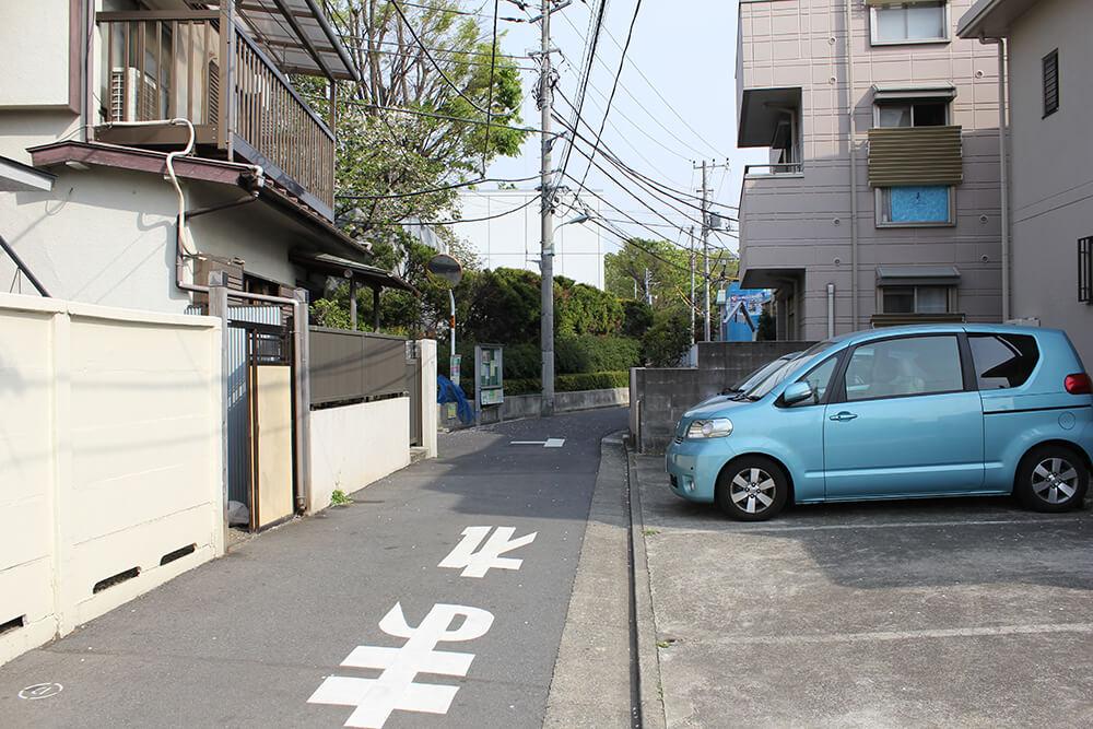 100mほど進んだ左手に「雑司ヶ谷霊園事務所」があります