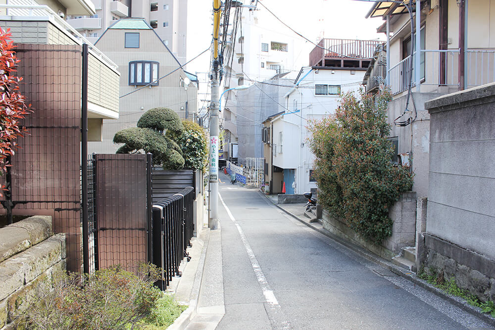 「漱石公園」を出て左に進みます