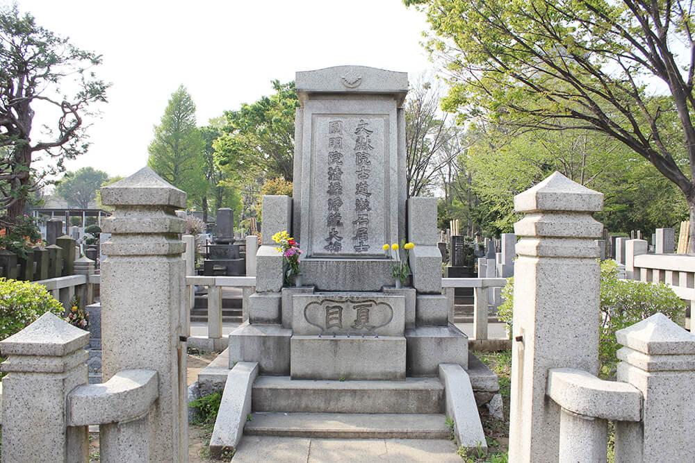 「夏目漱石の墓石」