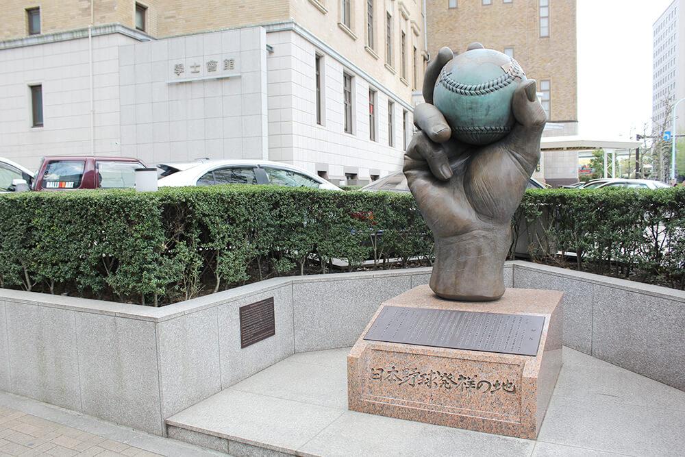 「日本野球発祥の地」の銅像