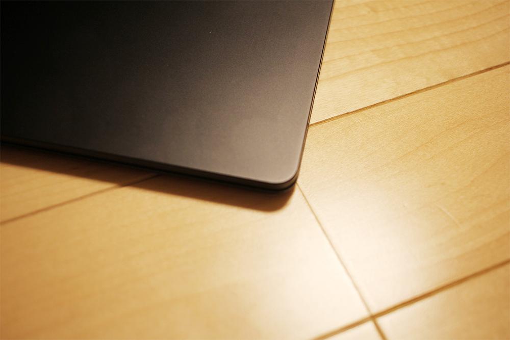 「Surface Laptop 2」は全体的に角ばった感じ