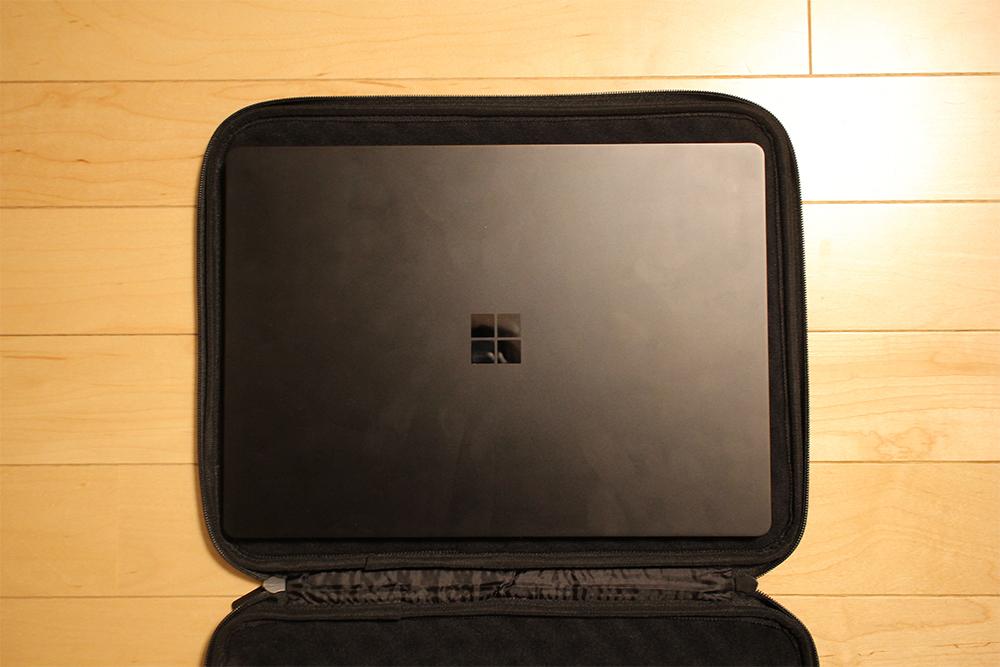 「Surface Laptop 2」の周りに余裕がある