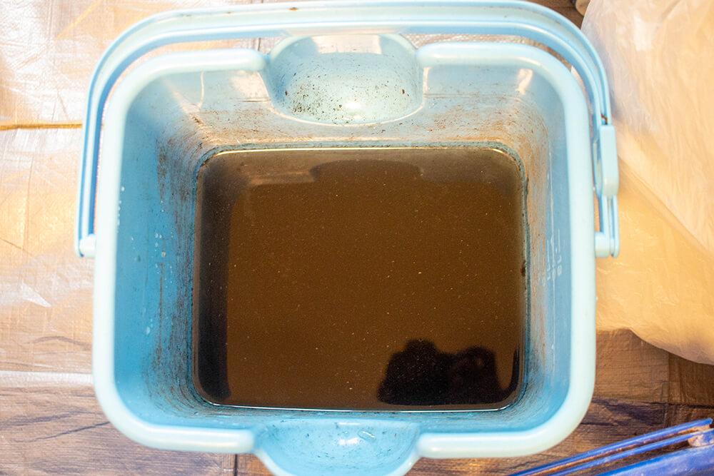 高圧洗浄した後の黒い水