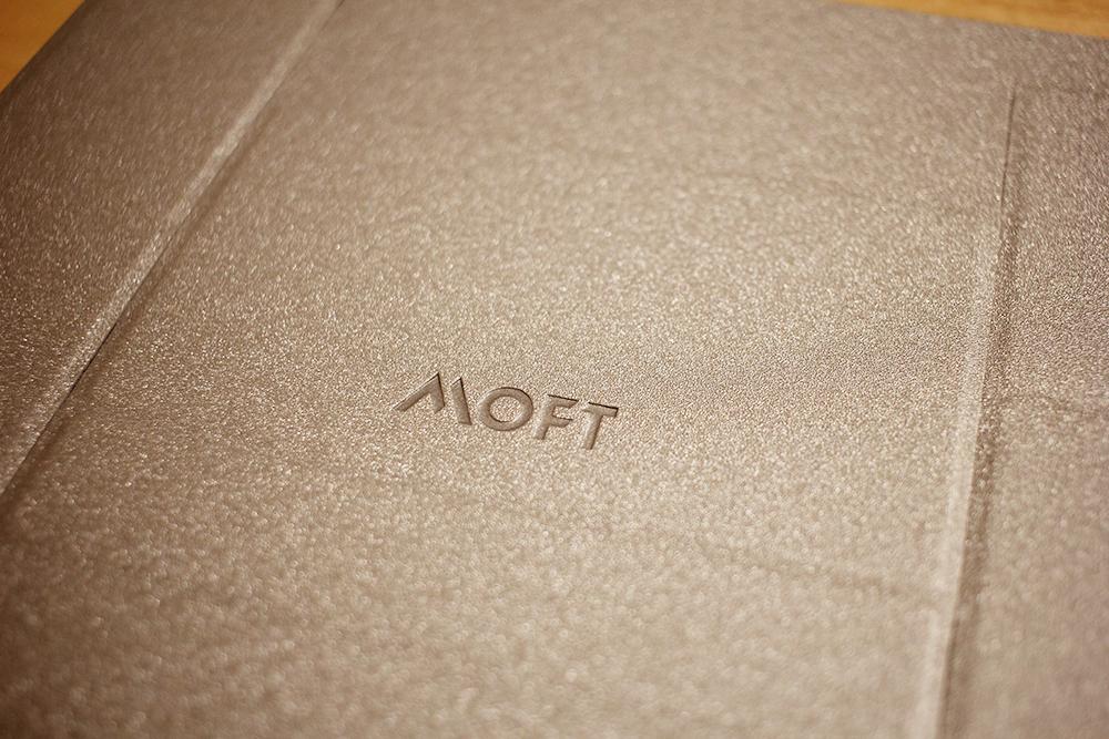 ノートパソコンを載せる台「MOFT」の触り心地