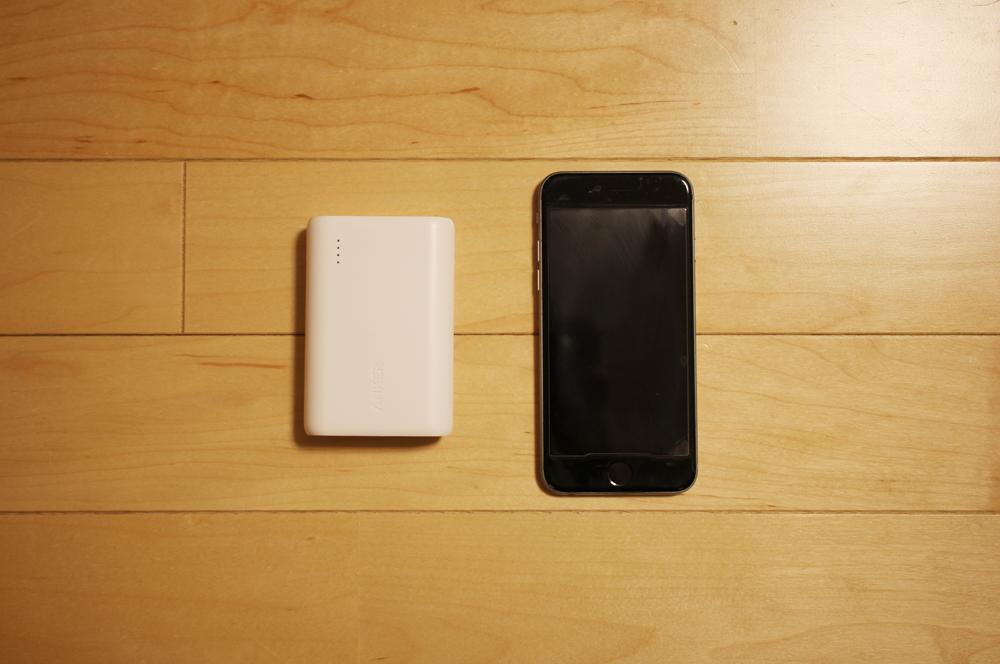 「Anker PowerCore 10000」とiPhoneのサイズ比較