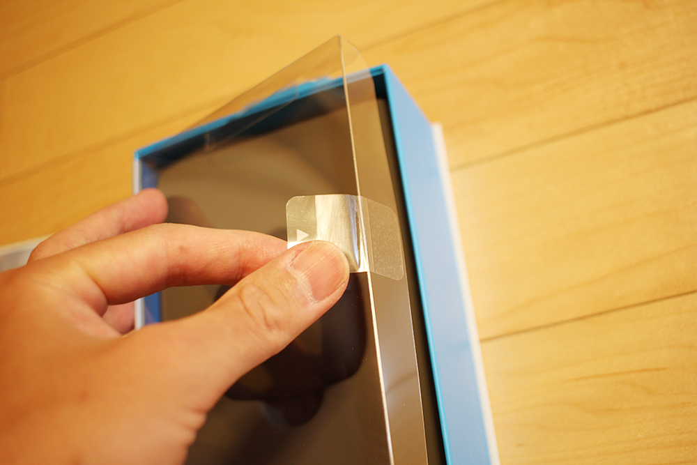 シールを引っ張ってパッケージを開封