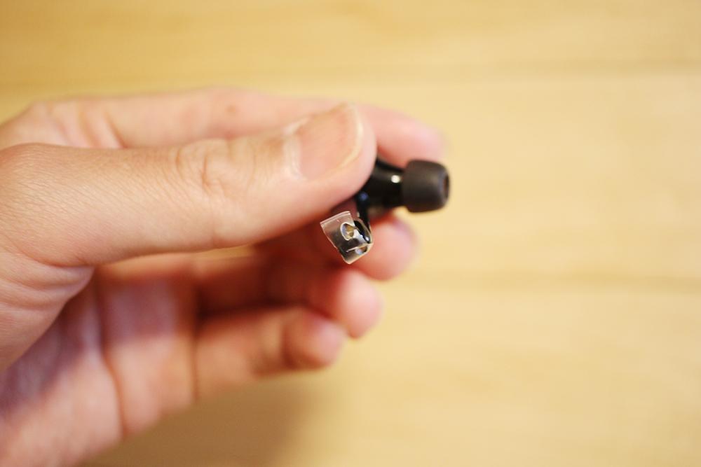 シールが貼られた「Soundcore Liberty Air」の電極部分のシール