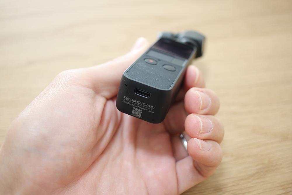 DJI「Osmo Pocket」の底に「USB-C」の穴が空いています
